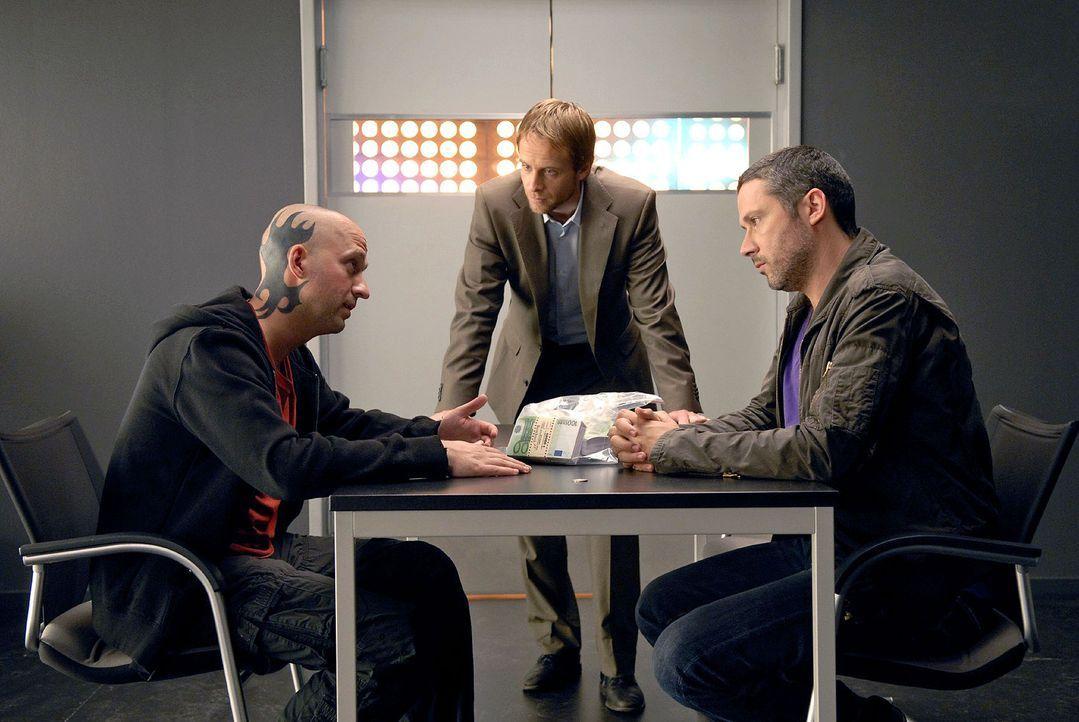 Philip (Julian Weigend, M.) und Benno (Denis Petkovic, r.) verhören den verdächtigen Gerald Damowski (Matthias Matz, l.). - Bildquelle: Christoph Assmann Sat.1