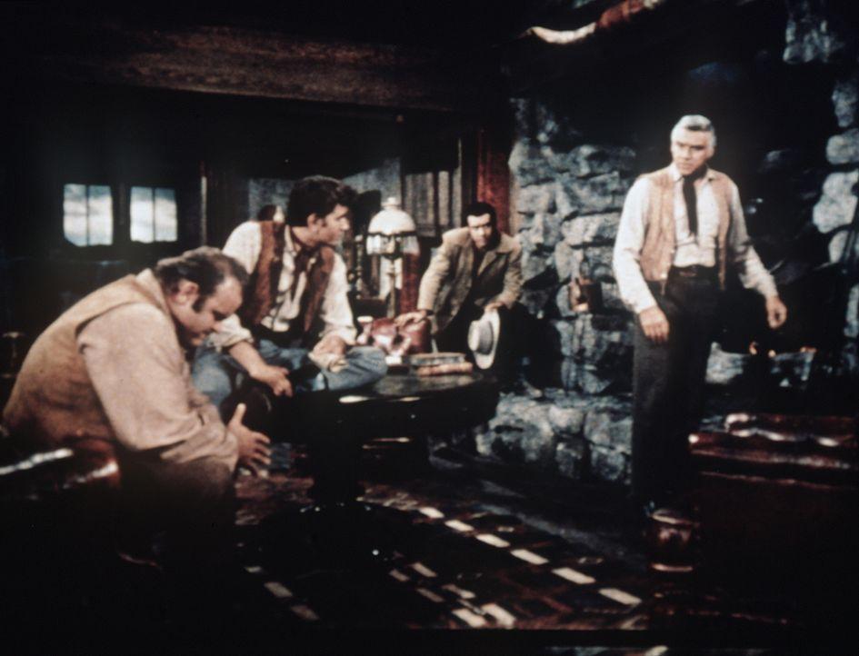 Was ist nur mit Bens (Lorne Greene, r.) Söhnen los? Hoss (Dan Blocker, l.) hat sich auf ein Spielchen eingelassen und dabei sein soeben gekauftes Pf... - Bildquelle: Paramount Pictures