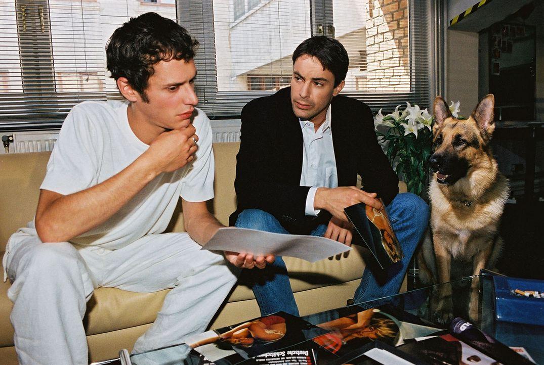 Kommissar Brandtner (Gedeon Burkhard, r.) und Rex ermitteln bei Szene-Fotograf Felix Rieder (Max Meyer, l.), der zuletzt mit der vermissten Iris Man... - Bildquelle: Ali Schafler Sat.1