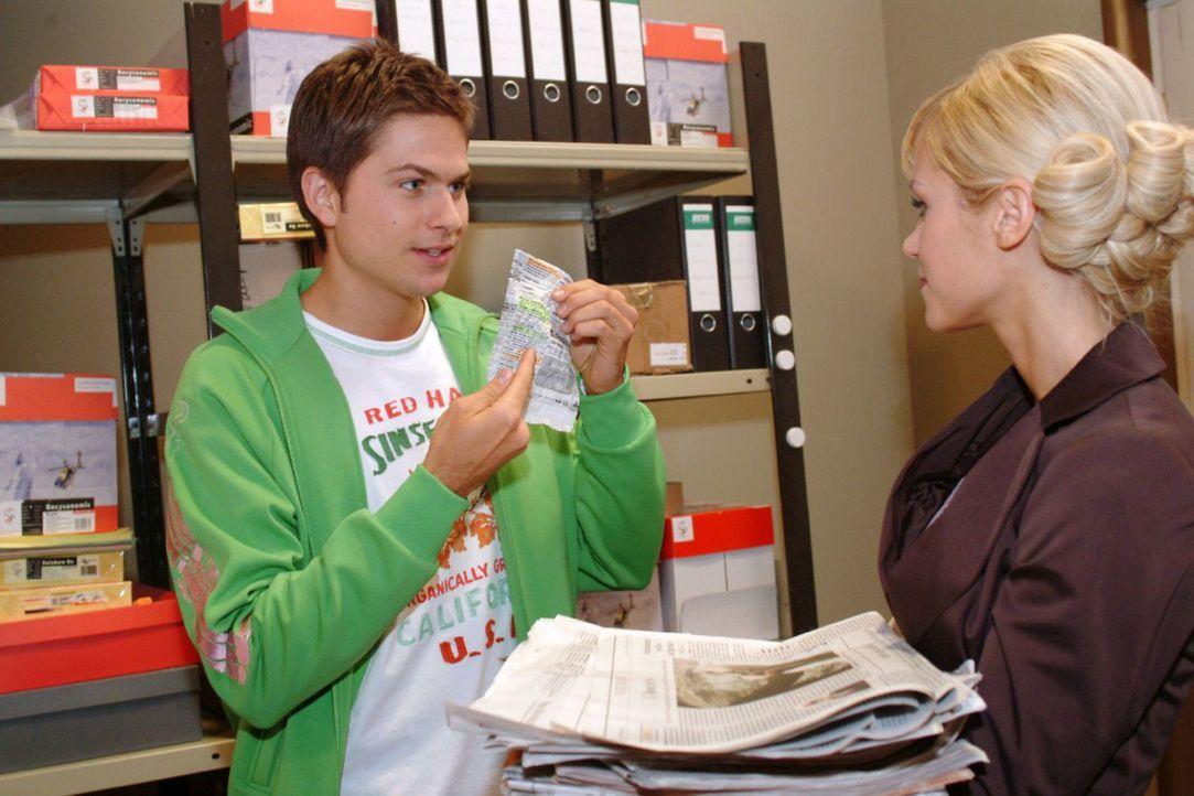 Als er für Sabrina (Nina-Friederike Gnädig, r.) Zeitungen kopiert, entdeckt Timo (Matthias Dietrich, l.) eine interessante Anzeige. - Bildquelle: Monika Schürle Sat.1