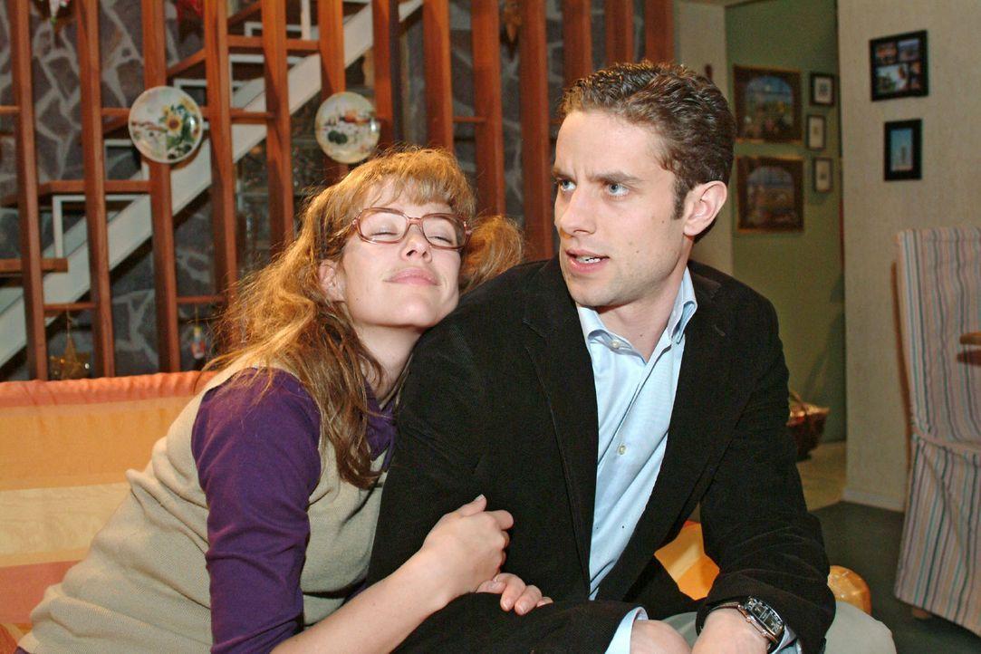 Max (Alexander Sternberg, r.) muss erkennen, dass seine Liebesmüh' vergebens war. Im Schlaf murmelt Lisa (Alexandra Neldel, l.) Davids Namen. (Diese... - Bildquelle: Monika Schürle Sat.1