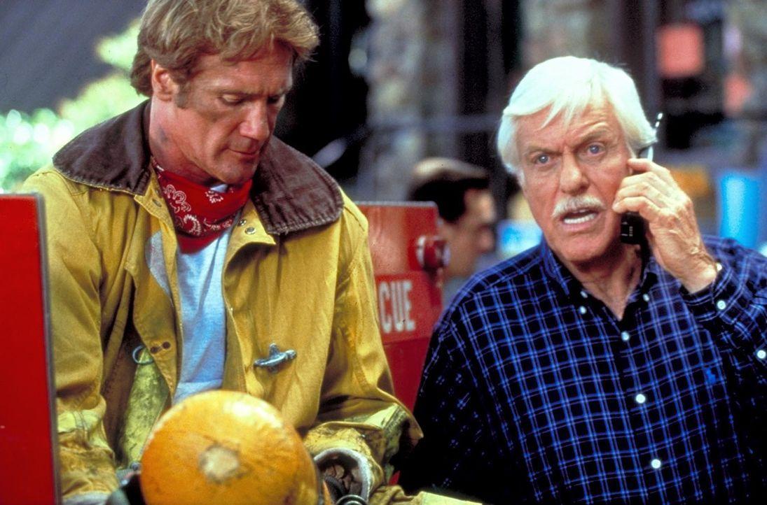 Steve (Barry Van Dyke, l.) und Mark (Dick Van Dyke, r.) erkundigen sich, wie weit die Flammen schon vorgedrungen sind. - Bildquelle: Viacom