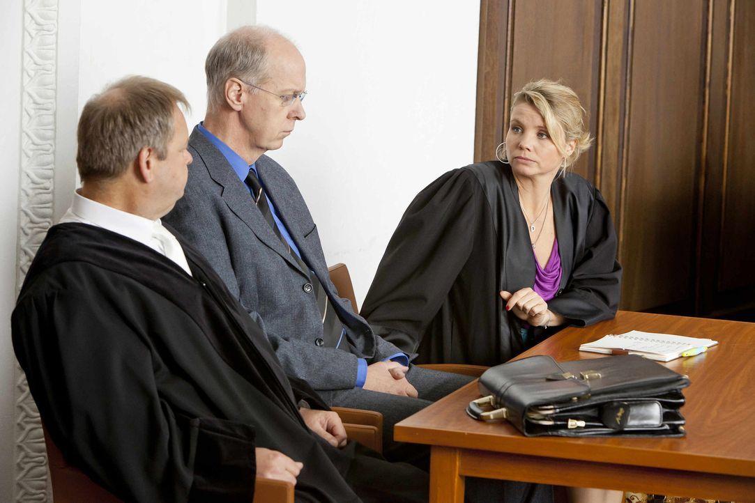 Mit großem Einsatz versucht Danni (Annette Frier, r.) ihrem Mandanten Jochen Happe (Gottfried Vollmer, M.) zu helfen. Doch werden sie vor Gericht Er... - Bildquelle: Frank Dicks SAT.1