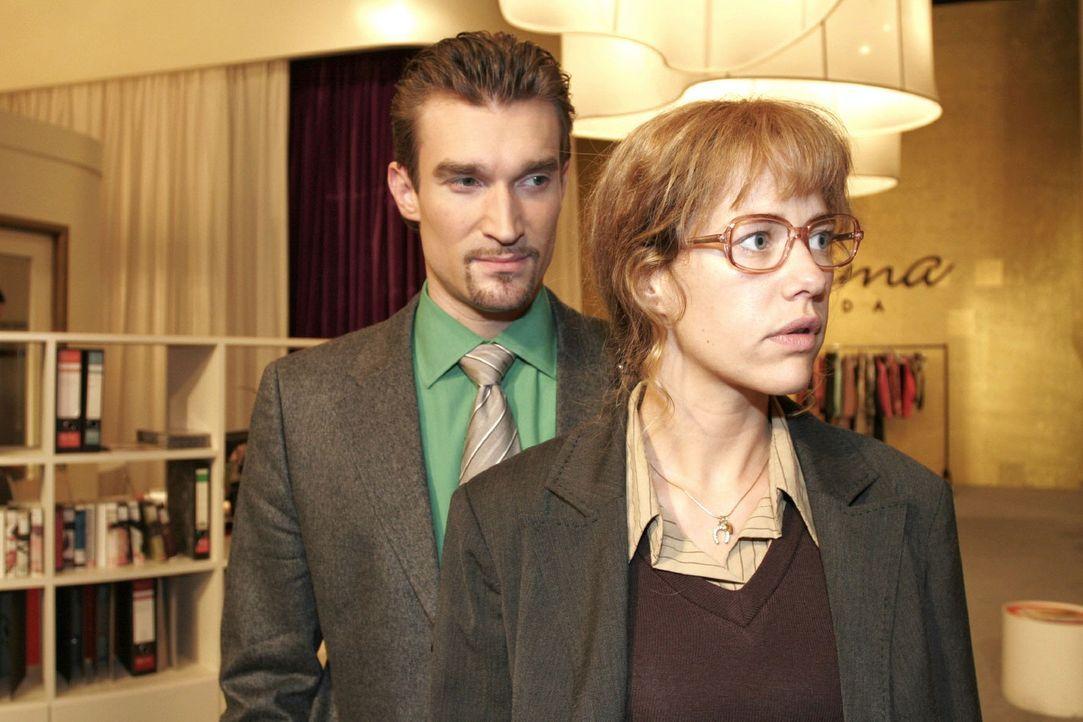 Nach Davids verhaltener Reaktion überlegt Lisa (Alexandra Neldel, r.), ob sie Richards (Karim Köster, l.) Angebot, sie zur Toga-Party zu begleiten,... - Bildquelle: Noreen Flynn Sat.1