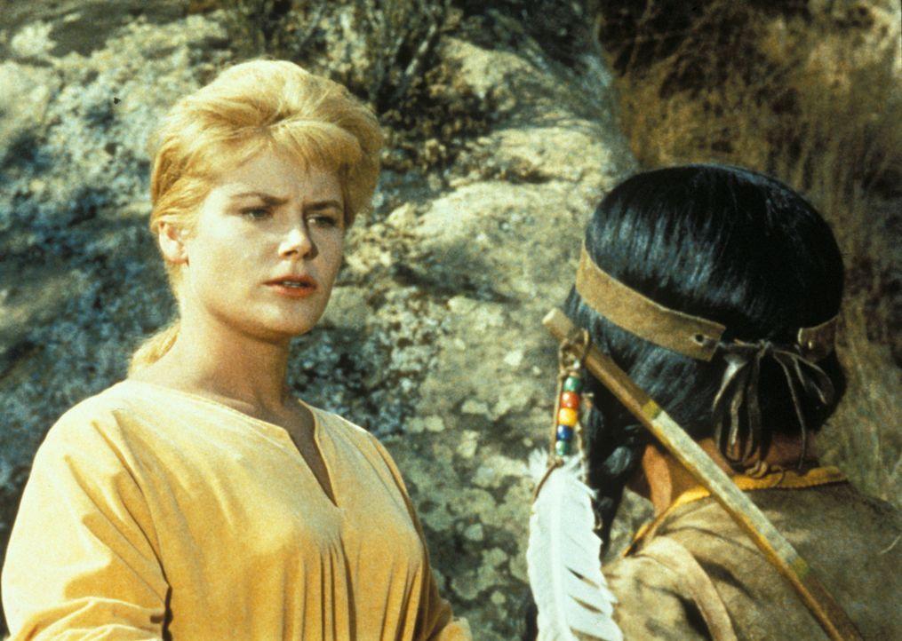 Die Sheeshawnee-Indianer halten Ruth (Anna-Lisa, l.) für den Geist einer zauberkräftigen Frau und wollen sie in ihr Camp bringen ... - Bildquelle: Paramount Pictures