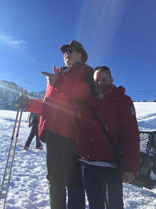 Auf dem Weg zum Hintertuxer Gletscher machen Tamme Hanken (l.) und seine Frau Carmen (r.) Halt im niedersächsischen Springe ... - Bildquelle: kabel eins