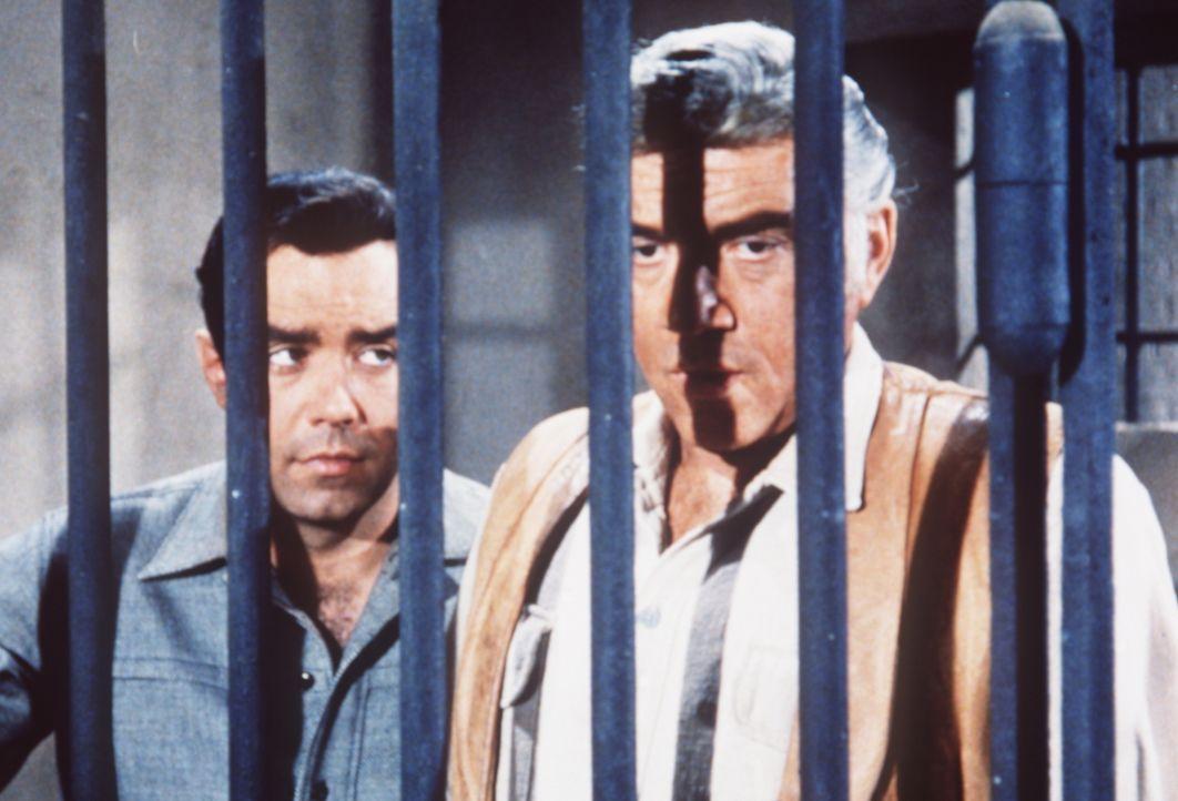 Adam Cartwright (Pernell Roberts, l.) und sein Vater Ben (Lorne Greene, r.) werden des Mordes verdächtigt und sitzen im Gefängnis ... - Bildquelle: Paramount Pictures