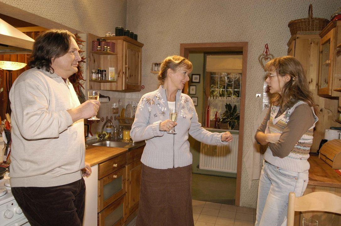 Lisas (Alexandra Neldel, r.) Eltern Bernd (Volker Herold, l.) und Helga (Ulrike Mai, M.) sind glücklich, dass ihre Tochter endlich zur Vernunft geko... - Bildquelle: Noreen Flynn Sat.1