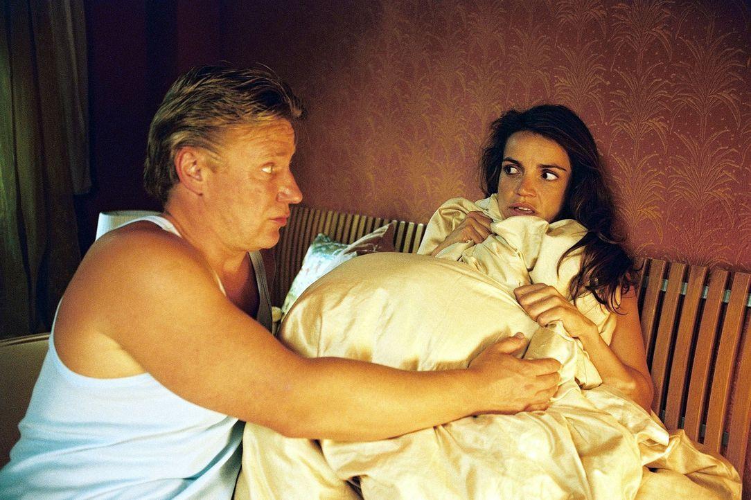 Sandra (Rebecca Immanuel, r.) hat ihrem Mandanten (Jörg Schüttauf, l.) Obdach gewährt. Der schreckt allerdings nicht davor zurück, sie nachts in ihr... - Bildquelle: Hardy Spitz Sat.1