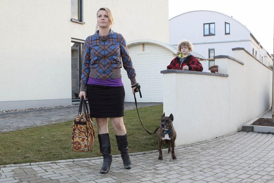 Ein Fall jagt den nächsten: Danni (Annette Frier, l.) versucht, ihrer ehemaligen Nachbarin Kiki und ihrem Sohn Niko (Karl Alexander Seidel, r.) zu h... - Bildquelle: Frank Dicks SAT.1