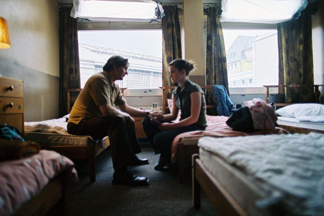 Vater Stefan (Max Herbrechter, l.) und Tochter Sarah (Laura-Charlotte Syniawa, r.) treffen nach Jahren das erste Mal wieder aufeinander. - Bildquelle: Tom Trambow Sat.1