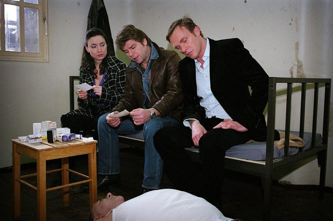Jupp (Uwe Fellensiek, M.), Falk (Dirk Martens, r.) und Dr. Schwarz (Tatjana Clasing, l.) betrachten die Massen von Medikamenten, die der verstorbene... - Bildquelle: Thekla Ehling Sat.1
