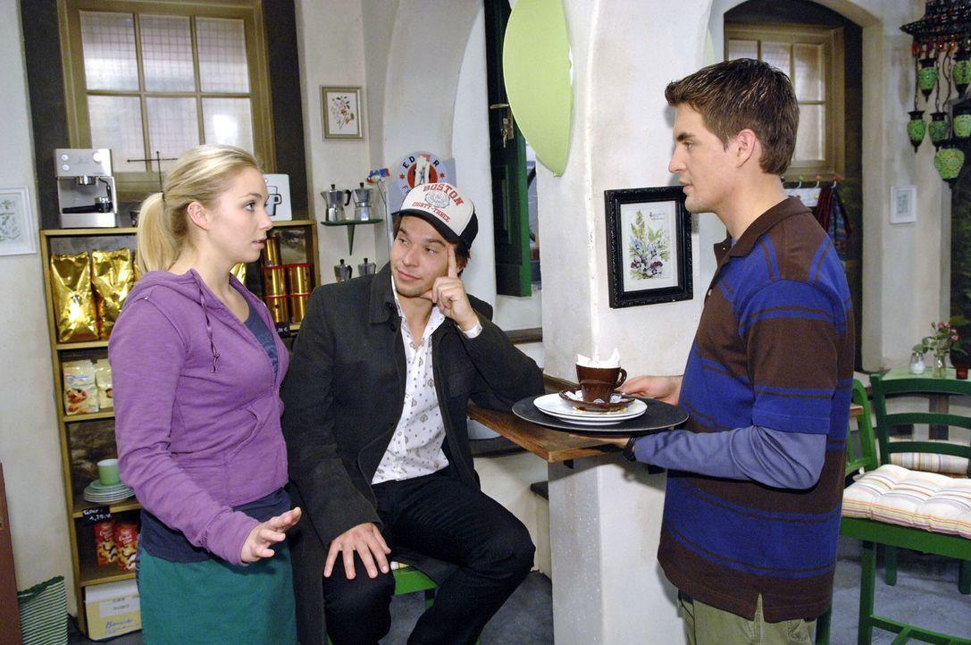 Nancy (Jil Funke, l.) hofft, dass Lars (Alexander Klaws, r.) nicht bemerkt, dass Rico (Jannik Büddig, M.) und sie sich gut kennen. - Bildquelle: Claudius Pflug Sat.1