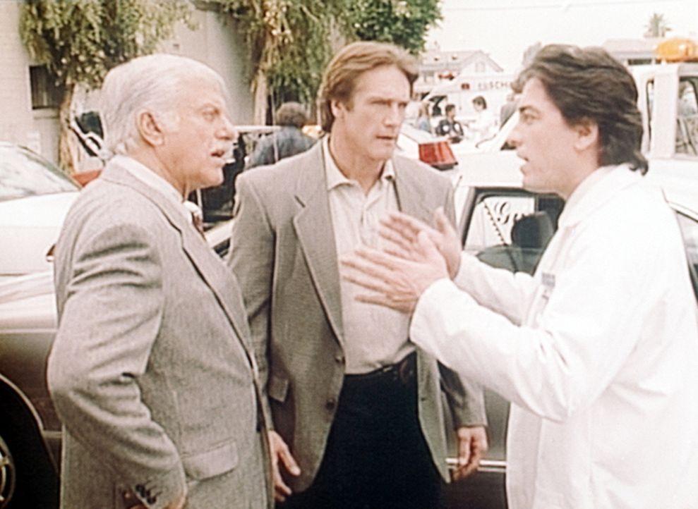 Mark (Dick Van Dyke, l.), Steve (Barry Van Dyke, M.) und Jack (Scott Baio, r.) sind entsetzt: Ein Patient wurde ermordet. - Bildquelle: Viacom