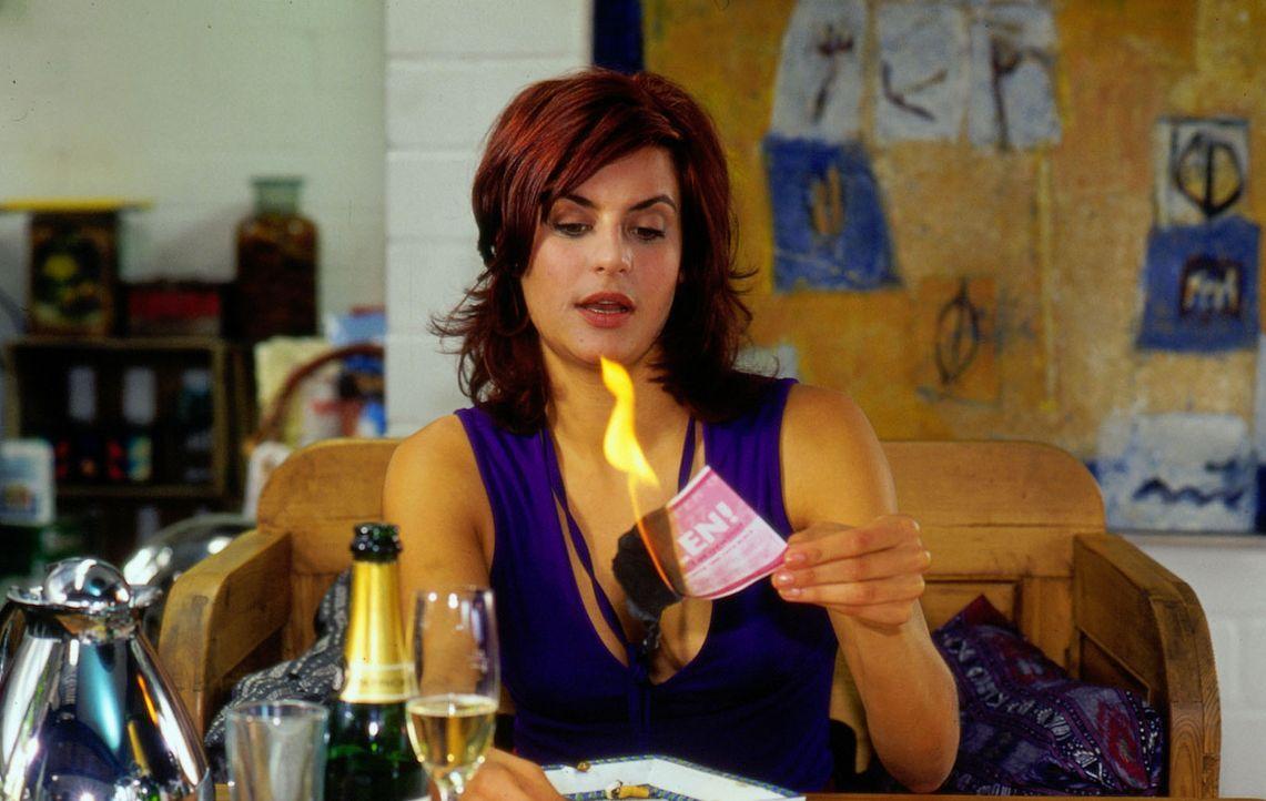 Sandra (Liane Forestieri) verbrennt das Beweisstück ... - Bildquelle: Oliver Ziebe Sat.1