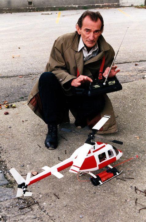Alfred Nordeck (Ludwig Hirsch) hantiert mit einer Fernsteuerung und einem Modellhubschrauber. Was führt er im Schilde? - Bildquelle: Ali Schafler Sat.1