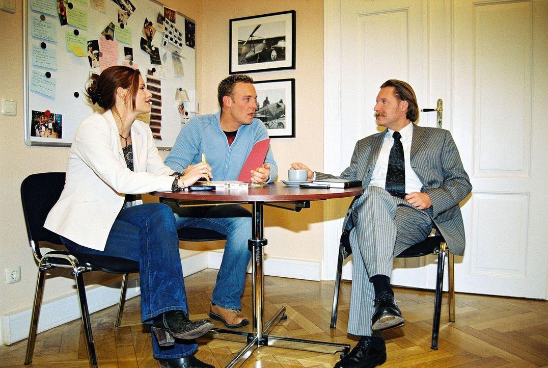 Ingo Lenßen (r.) und seine Ermittler Sandra Nitka (l.) und Christian Storm (M.) - Bildquelle: Riedel Sat.1