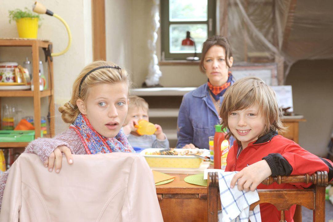 Wegen ihrer großen finanziellen Probleme hat Anne (Alexandra Neldel, M.) wenig Zeit, um auf ihre Kinder Becki (Camille Dombrowski, l.), Tobi (Kilian... - Bildquelle: Aki Pfeiffer SAT.1