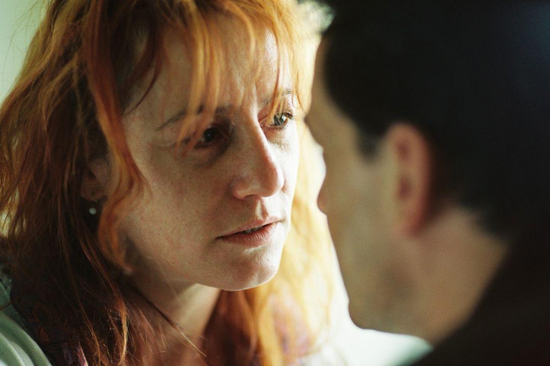 Die verzweifelte Petra Wörnle (Ulrike Krumbiegel, l.) stellt Steiner (Thomas Sarbacher, r.) ihre Version der Ehe mit Stefan dar. - Bildquelle: Tom Trambow Sat.1
