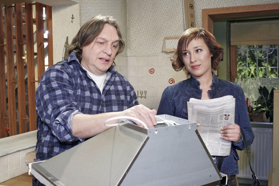 Der verzweifelte, arbeitslose Bernd (Volker Herold, l.) spricht mit Yvonne (Bärbel Schleker, r.) darüber, ob er den Autokauf wieder rückgängig mache... - Bildquelle: Noreen Flynn Sat.1