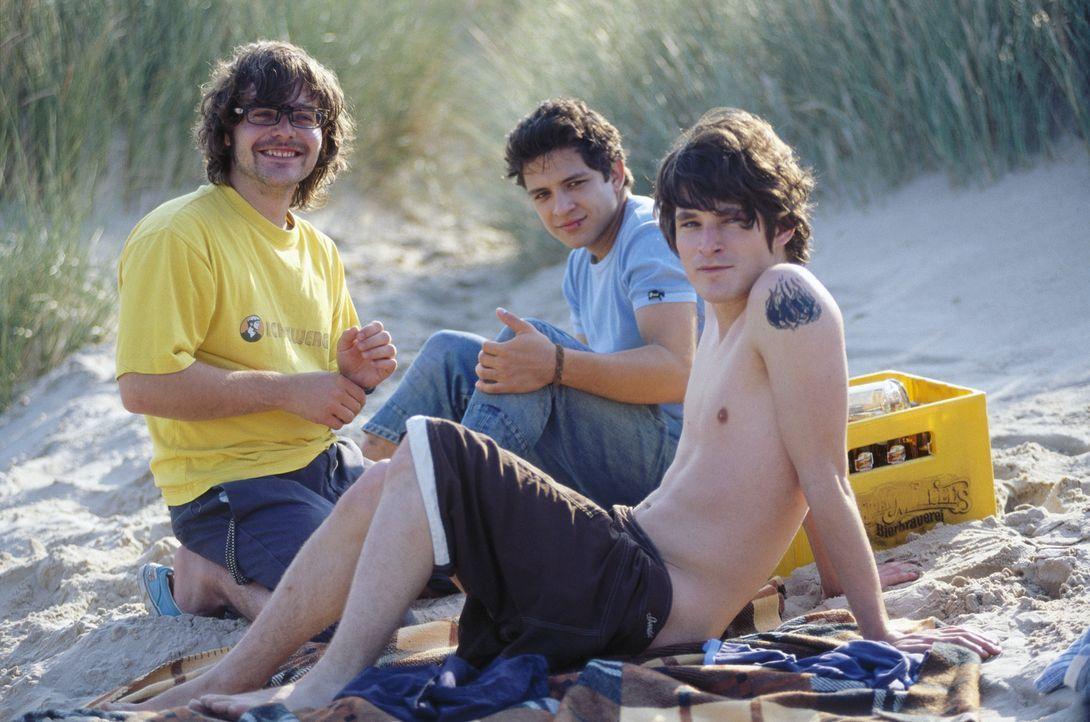Als die drei Freunde Til (David Winter, r.), Sinan (Toni Snétberger, M.) und Bramstedt (Tobias Kasimirowicz, l.) die Chance erhalten, als Rettungssc... - Bildquelle: ProSieben