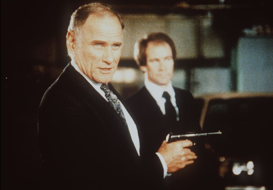 Ahnen nicht, dass sie abgehört werden: KGB-Agent Sergei (Michael Fairman, l.) und sein Kollege ...
