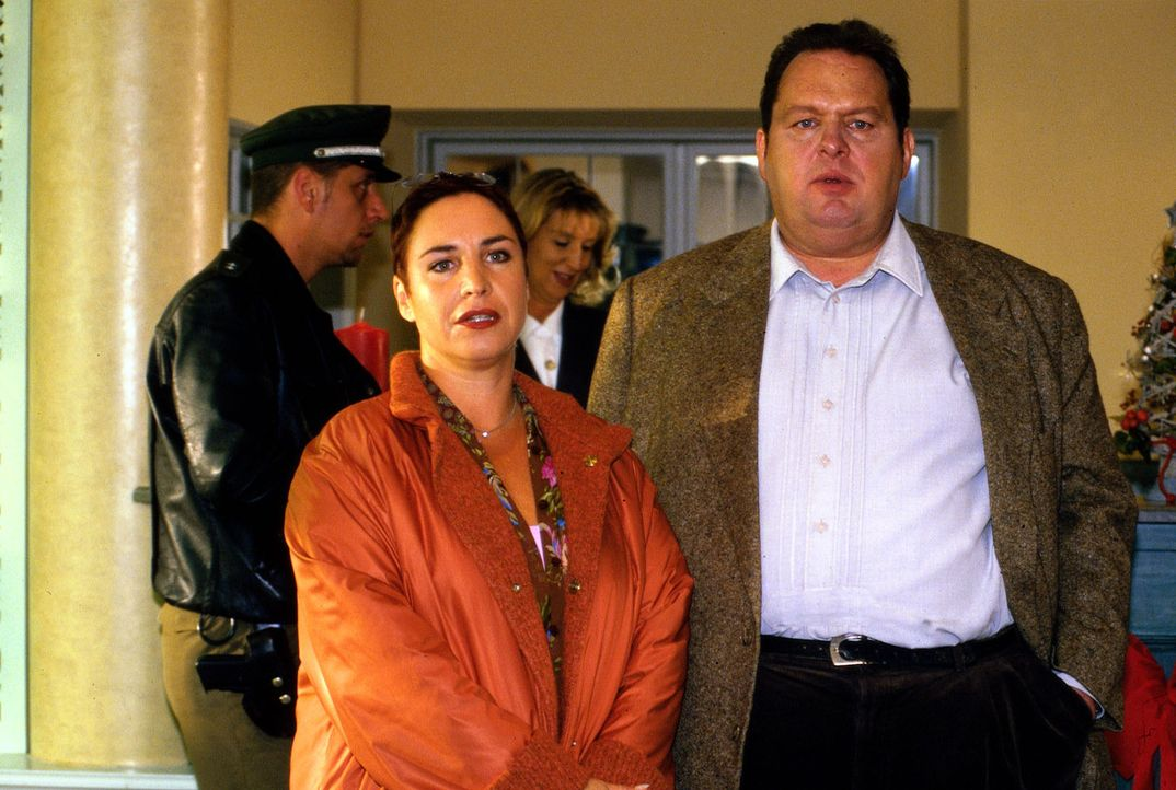 Wird es Benno (Ottfried Fischer, r.) und Sabrina (Katerina Jacob, l.) gelingen, einen Mord vor laufenden Kameras zu verhindern? - Bildquelle: Magdalena Mate Sat.1