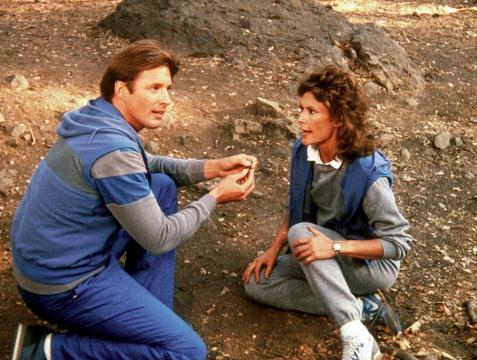 Bei einem Orientierungslauf in dem Trainingscamp finden Lee (Bruce Boxleitner, l.) und Amanda (Kate Jackson, r.) Indizien dafür, dass sich ein Doppe... - Bildquelle: CBS Television