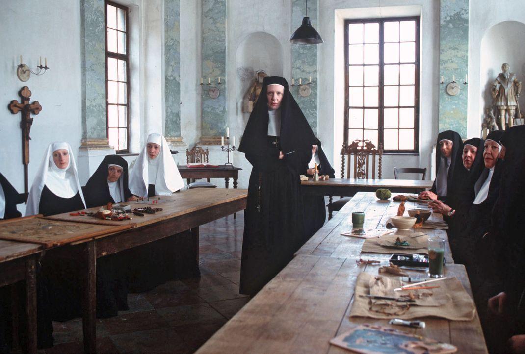 Sabrinas Ermittlungen im Kloster erzeugen dort Unruhe. Mutter Ancilla (Sunnyi Melles, M. stehend) ist wenig begeistert von der Situation. - Bildquelle: Magdalena Mate Sat.1