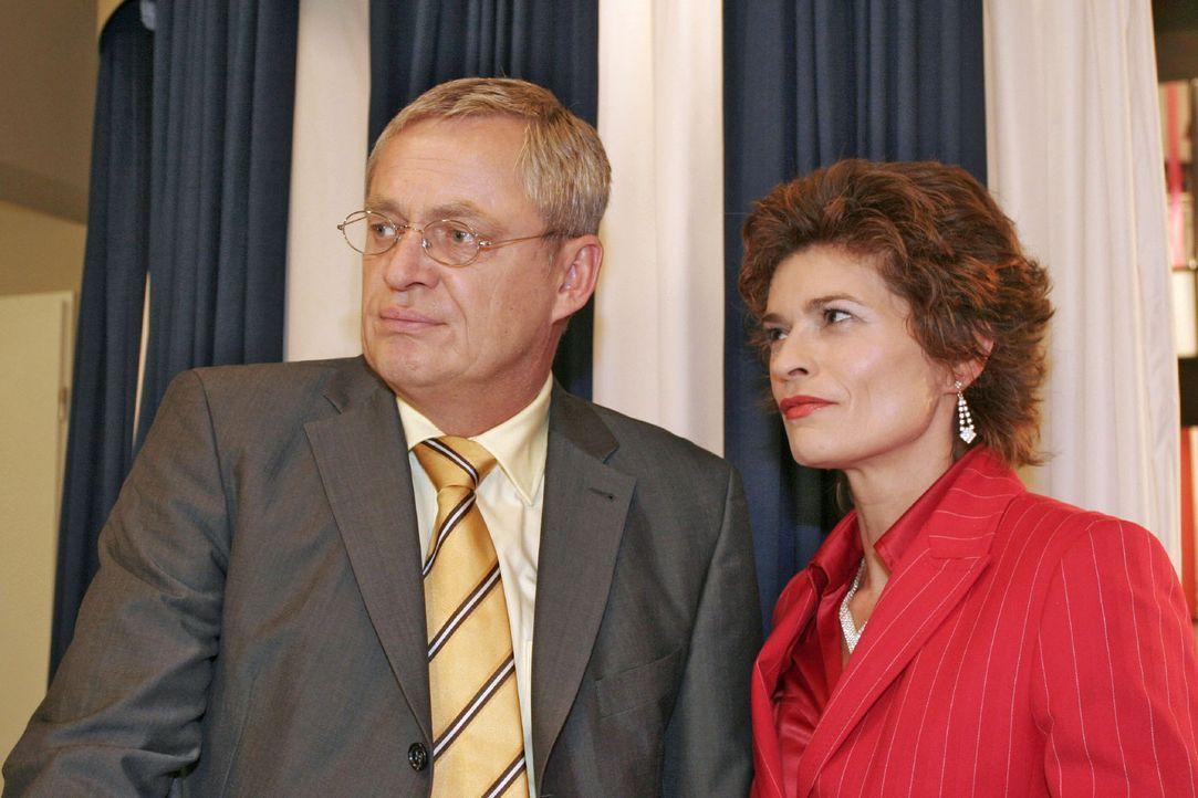 Friedrich (Wilhelm Manske, l.) macht Sophie (Gabrielle Scharnitzky, r.) den Vorwurf, dass sie diejenige sei, die verantwortungslos den Machtkampf zw... - Bildquelle: Noreen Flynn Sat.1