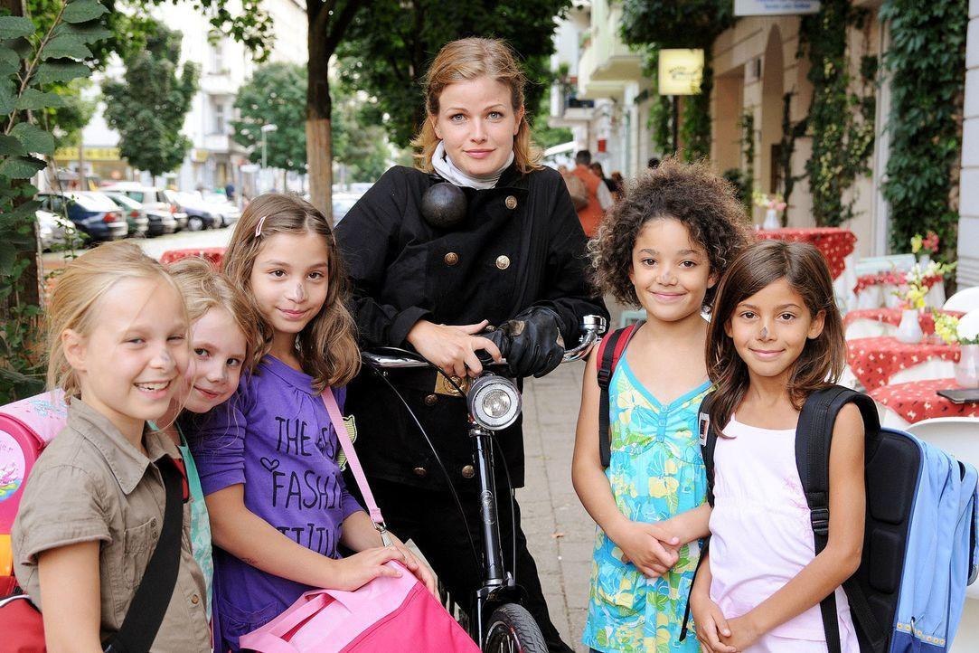 Lilly (Mira Bartuschek) ist die einzige Schornsteinfegerin Berlins. Deshalb dient sie immer wieder als Glücksbotin und darf zum Beispiel die Nasen v... - Bildquelle: Aki Pfeiffer Sat.1