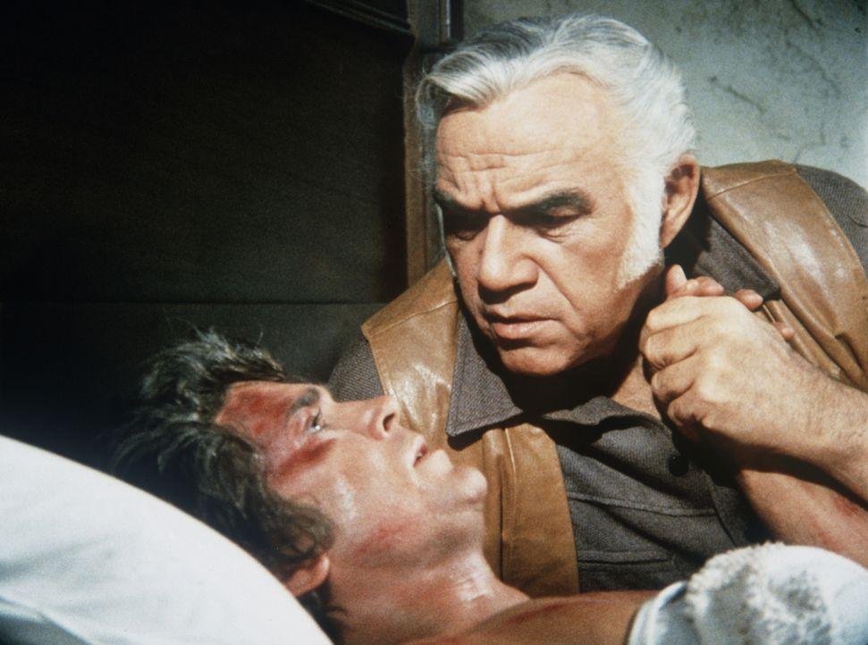 Ben (Lorne Greene, r.) ist in größter Sorge um Little Joe (Michael Landon, l.), der bei einem Unfall das Augenlicht verloren hat. - Bildquelle: Paramount Pictures