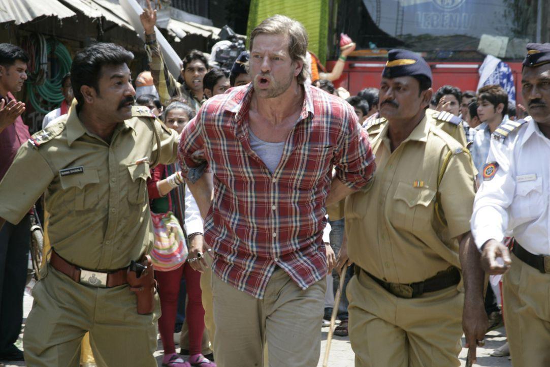 Die verwirrenden Straßenverhältnisse in Mumbai bringen Max (Henning Baum, M.) in Polizeigewahrsam. Ohne einflussreiche Freunde scheint ein Gefängnis... - Bildquelle: Vinod Deshpande SAT.1