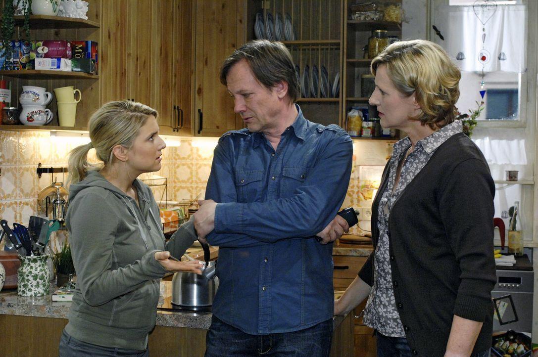 Anna (Jeanette Biedermann, l.) ist auf Armin (Rainer Will, M.) wütend, dass er das Restaurant erweitern will. Susanne (Heike Jonca, r.) ist auch nic... - Bildquelle: Oliver Ziebe Sat.1