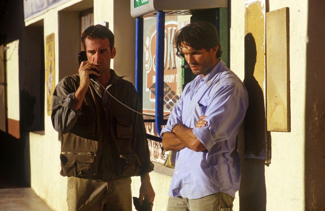 Harry (Heio von Stetten, l.) und Leo (Simon Verhoeven, r.) haben sich ihre Afrika-Safari anders vorgestellt. Ohne Gepäck und Geld macht die Freiheit... - Bildquelle: Christine Nachmann Sat.1