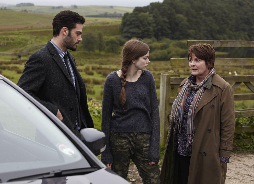 (v.l.n.r.) Joe Ashworth (David Leon); Saskia Barnes (Charlotte Hope); Vera Stanhope (Brenda Blethyn) - Bildquelle: Helen Turton ITV Studios/Helen Turton