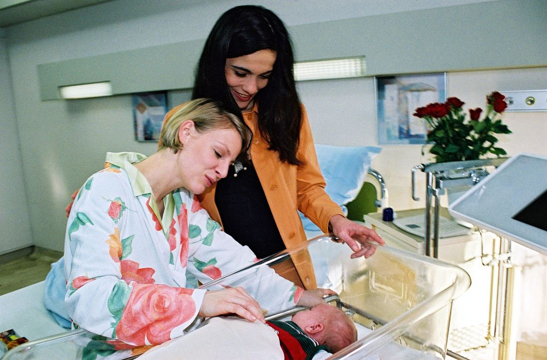 Tina (Marlene Marlow, l.) und ihre Lebensgefährtin Gudrun (Berivan Kaya, r.) sind glücklich, dass ihr Sohn trotz der Komplikationen gesund auf die W... - Bildquelle: Monika Schürle Sat.1
