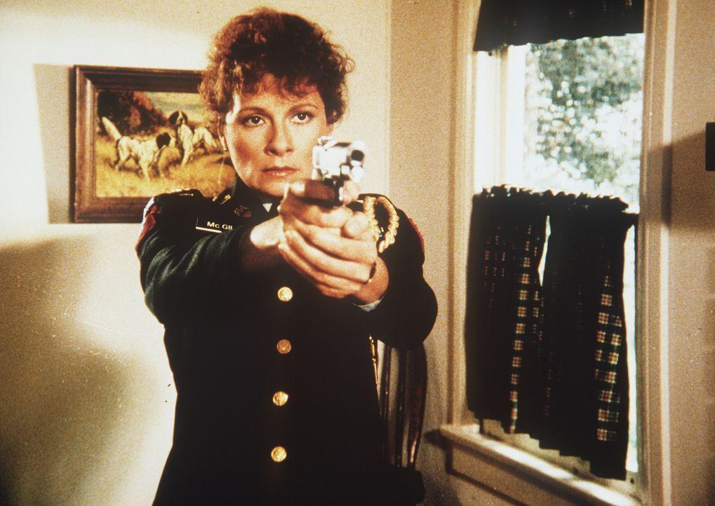 Damit hätte ihr Chef nie gerechnet: Sally (Suzanne Lederer) zwingt ihren Chef Garrett, ihr die gestohlenen Juwelen auszuhändigen ...