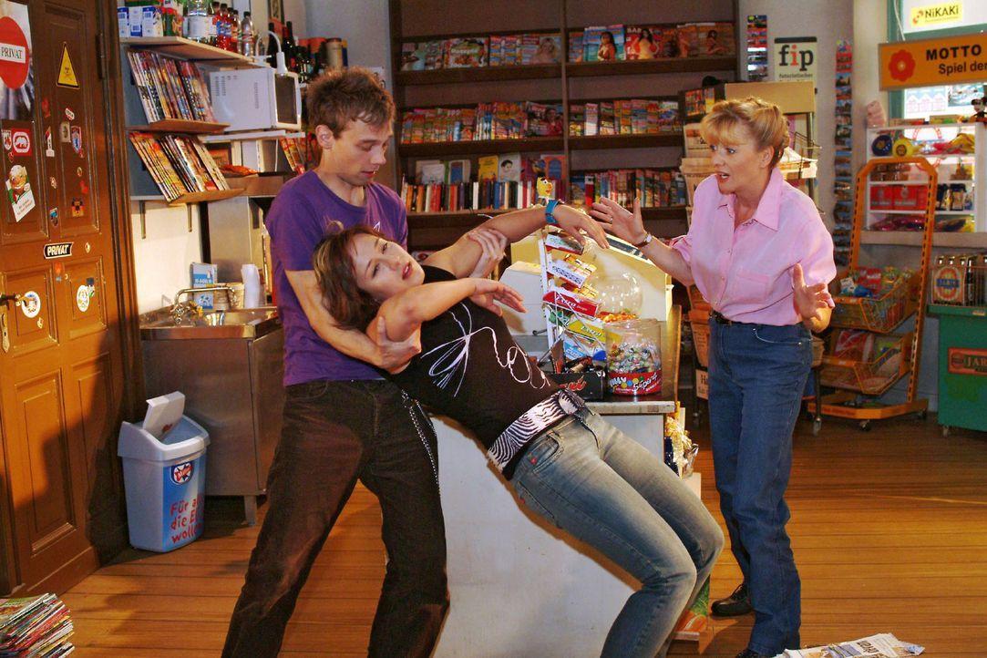 Jürgen (Oliver Bokern, l.) und Helga (Ulrike Mai, r.) sind erschrocken über Yvonnes (Bärbel Schleker, M.) plötzlichen Ohnmachtsanfall. - Bildquelle: Monika Schürle Sat.1