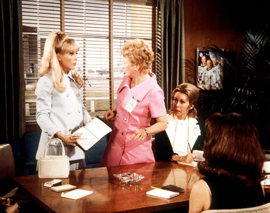 Jeannie (Barbara Eden, l.) ist von Amanda (Emmaline Henry, 2.v.r.) in den Club der Offiziersfrauen eingeführt worden, der unter der Leitung von Mrs.... - Bildquelle: Columbia Pictures