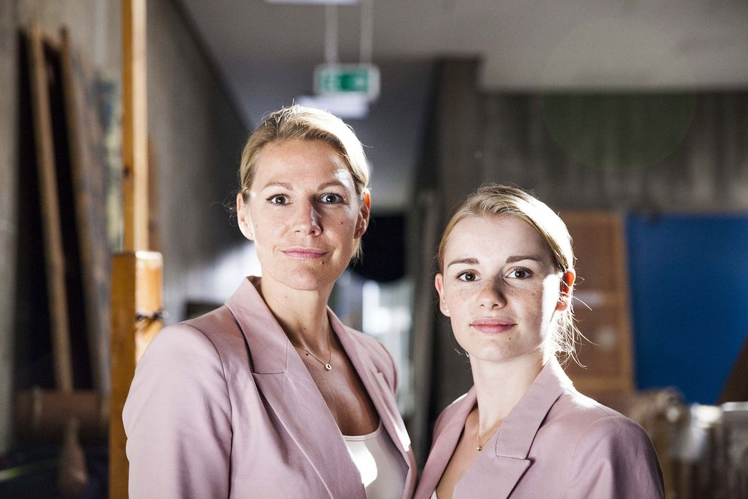 Als Claire (Sophie Schütt, l.) ihrem Mann, dem Gymnasiallehrer und Leiter der Theater Ag, bis in den Probenraum nachspioniert, geschieht das Unfassb... - Bildquelle: Maor Waisburd SAT.1