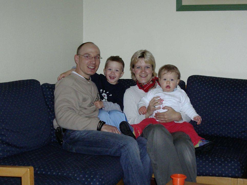 Klempner Denis Hill (35) und seine Frau Janette (28), eine gelernte Tierarzthelferin, sehen besonders für ihre Kinder Louis (4) und Anna-Lynn (2) ke... - Bildquelle: kabel eins