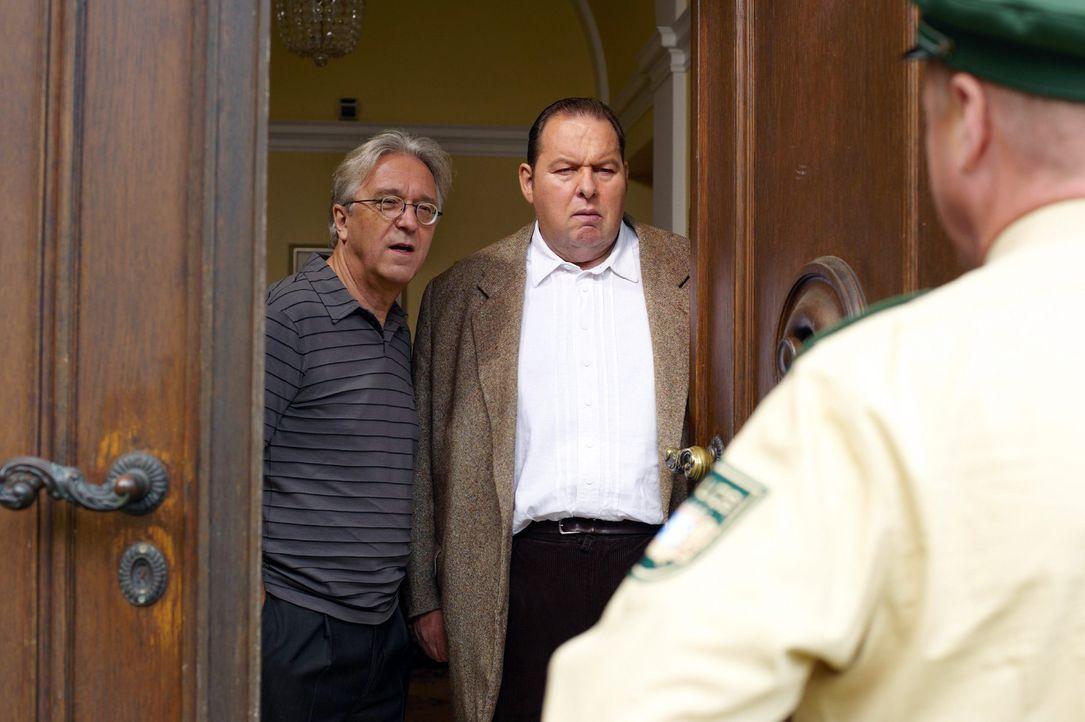 Rambold (Gerd Anthoff, l.) und Benno (Ottfried Fischer, M.) warten in angespannter Atmosphäre auf einen Anruf aus Mallorca, als plötzlich Schmidt (N... - Bildquelle: sat.1