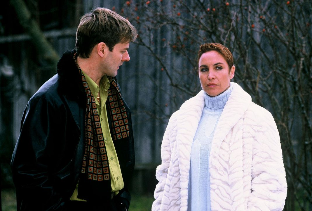 Sabrina (Katerina Jacob, r.) befragt Johann Kiening jun. (Marcus Mittermeier, l.), dessen Vater ermordet wurde. - Bildquelle: Magdalena Mate Sat.1