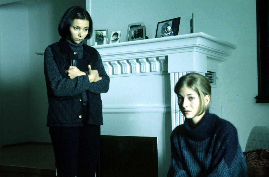 Antonella (Sandra Cervik, l.) spricht mit Frau Lendl (Karin Mikityla, r.) über deren verstorbenen Mann, der erstochen aufgefunden wurde, nachdem er... - Bildquelle: Hermann Huber Sat.1