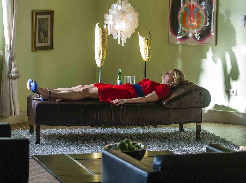 Nachdem ihre Mutter wieder zurückgekehrt ist, ist Danni (Annette Frier) völlig geschockt. Damit sie damit einigermaßen zurechtkommt, sucht sie eine... - Bildquelle: Frank Dicks SAT.1