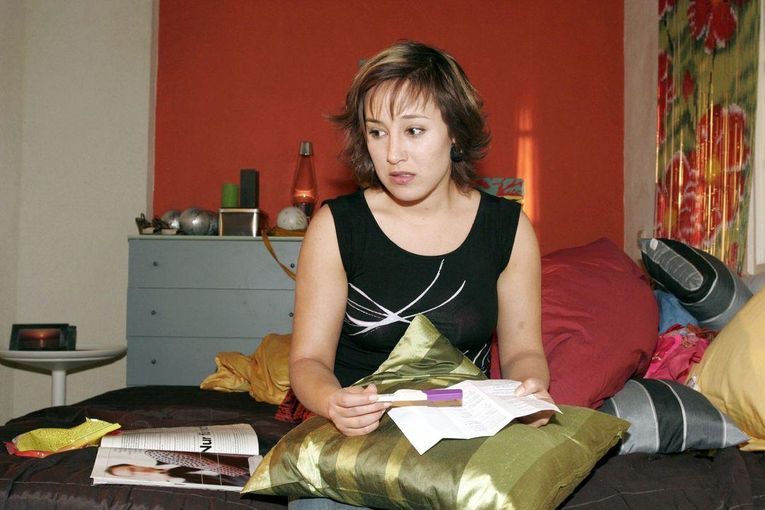 Fassungslos schaut Yvonne (Bärbel Schleker) auf das Ergebnis des Teststreifens. - Bildquelle: Noreen Flynn Sat.1
