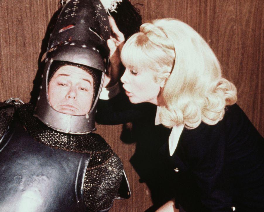 Jeannie (Barbara Eden, r.) soll ihrem Meister Tony (Larry Hagman, l.) nicht helfen, wenn er die Bankräuber zur Strecke bringt. Aber wenigstens eine... - Bildquelle: Columbia Pictures