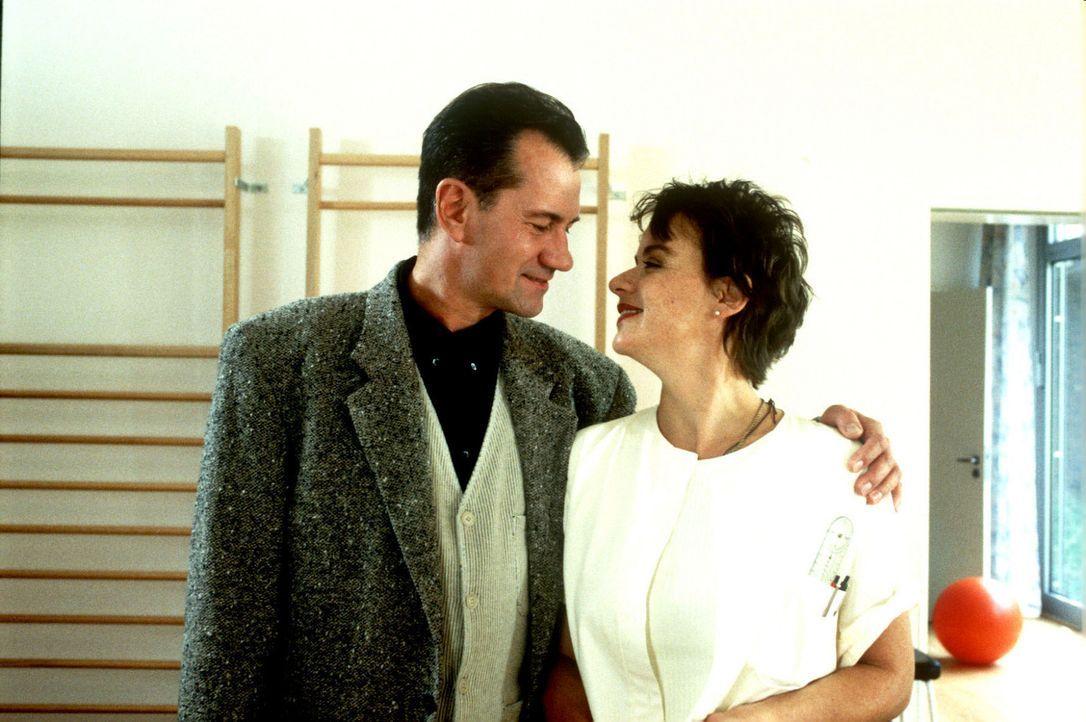 Claudia (Andrea Solter, r.) stolpert in eine Liebesgeschichte mit Guido (Manfred Lehmann, l.), dem Ehemann einer Patientin, und stürzt in eine Kata... - Bildquelle: Noreen Flynn Sat.1