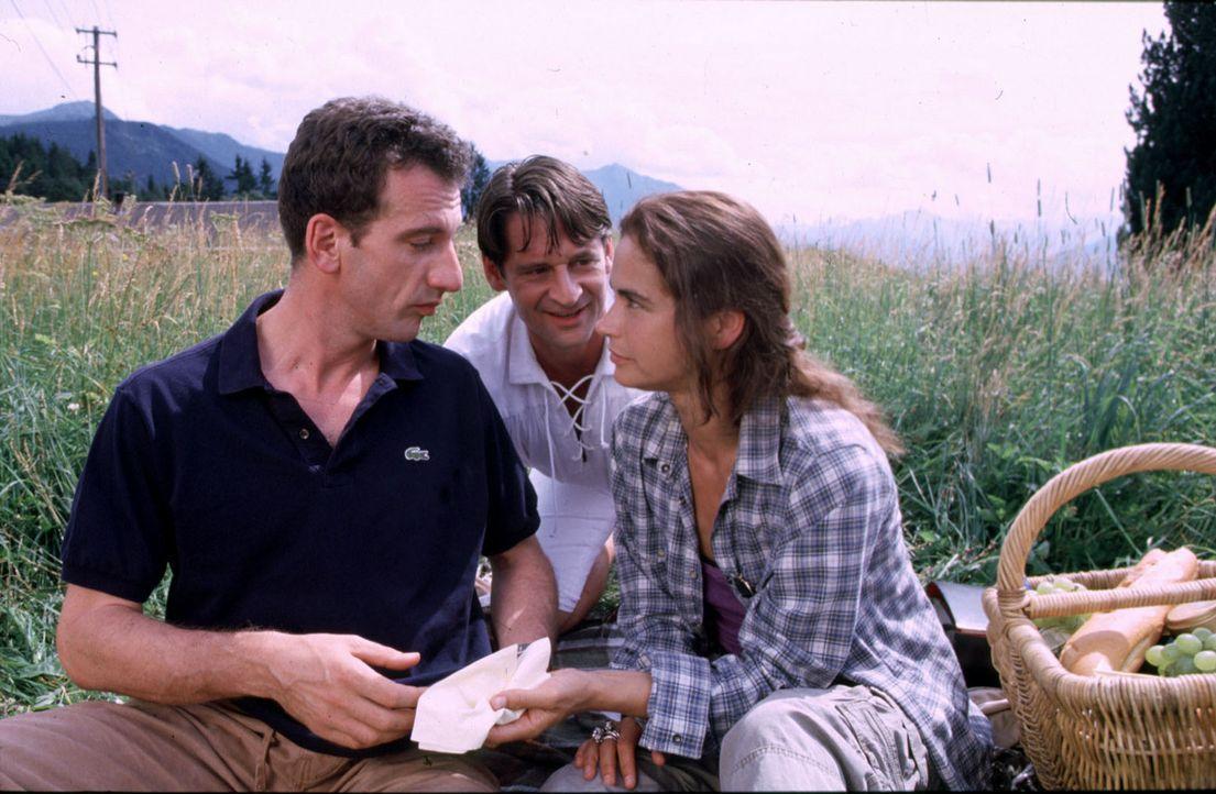 Wenn Raffael (Max Tidof, M.) sich doch nur bemerkbar machen könnte! Sophie (Anne-Marie Bubke, r.) und Daniel (Heio von Stetten, l.) lassen für einen... - Bildquelle: Erika Hauri Sat.1